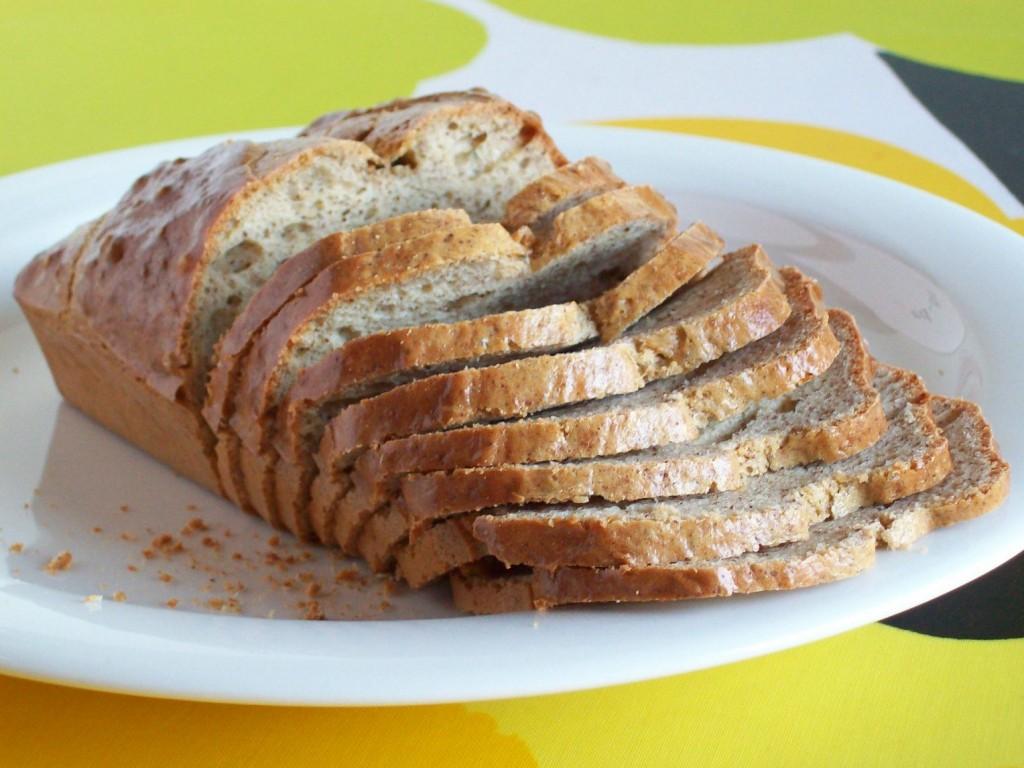 Muhkea gluteeniton vuokaleipä viipaleina