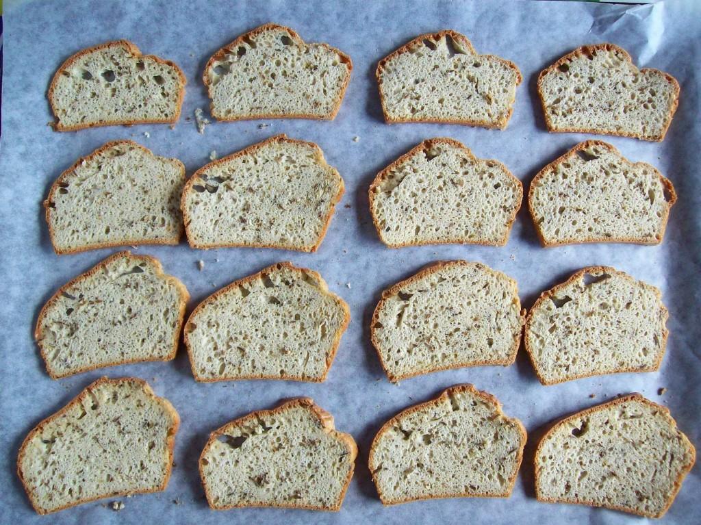 Leipäviipaleita menossa uuniin kuivumaan. Taikinassa tahinia ja kuminansiemeniä.