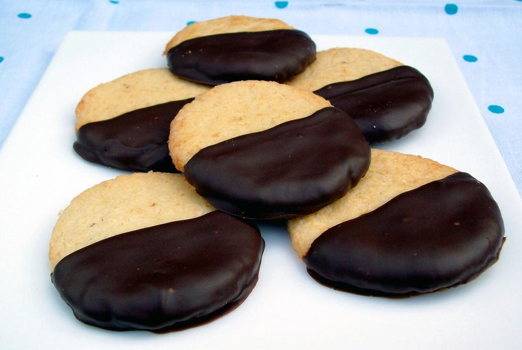 Tummaan suklaaseen dipatut vanilja-toffeekeksit