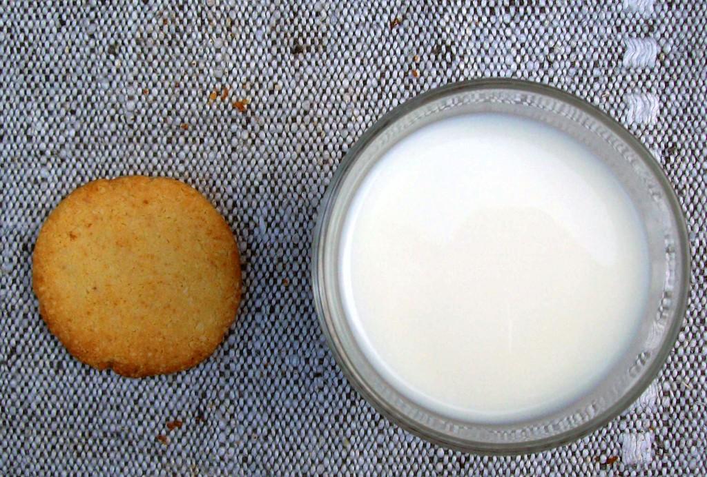 Vanilja-toffeekeksit - kokonainen keksi ja maitolasi
