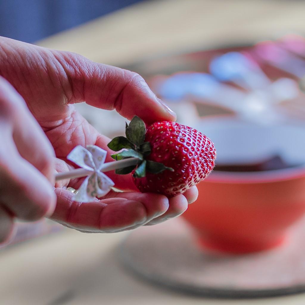 Suklaiset mansikkapopsit; tikun laittoa mansikkaan | Alakarpisti.com