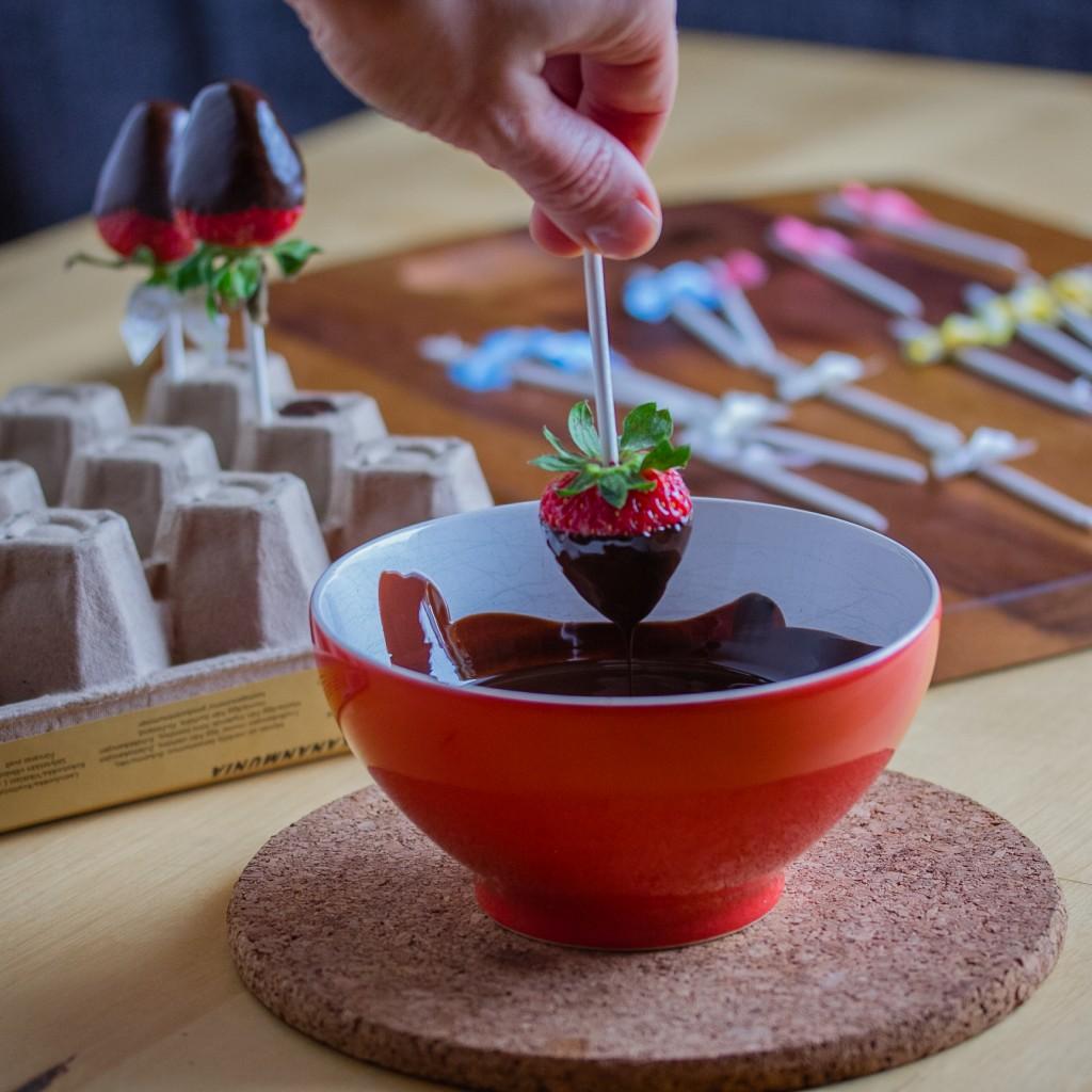 Suklaiset mansikkapopsit; mansikan dippausta sulaan suklaaseen | Alakarpisti.com