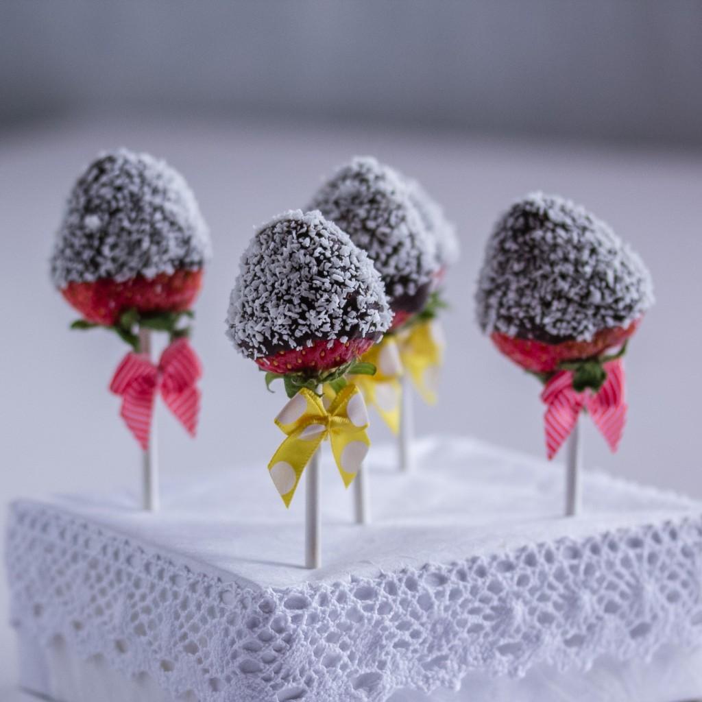 Suklaiset mansikkapopsit;  kookoshiutaleilla koristeltuja popseja | Alakarpisti.com