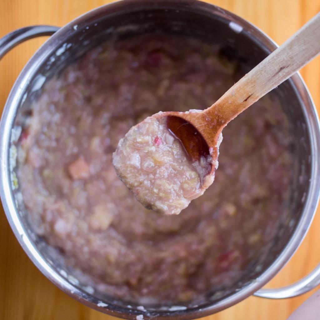 Sokeriton raparperichutney; valmis chutney kattilassa | Alakarpisti.com