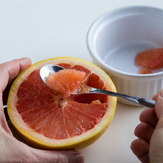 Alkupala katkaravuista, avokadosta ja verigreipistä; greipin hedelmälihan poistoa | Alakarpisti.com
