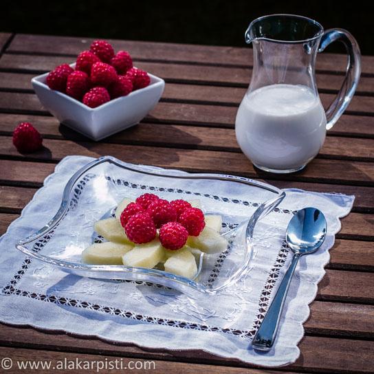 Vadelmia, melonia ja vaniljaista kookoskastiketta | Alakarpisti.com