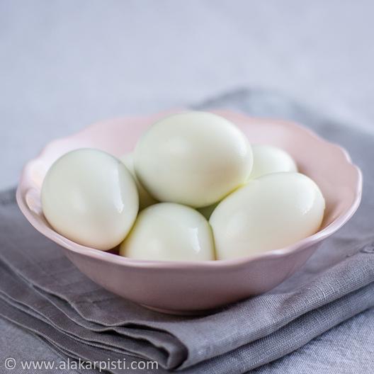 Munat ja pekonit toisella tavalla; kuoritut munat | Alakarpisti.com