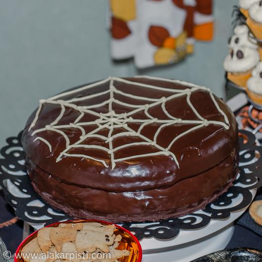 Hämähäkinseittinen sacherkakku