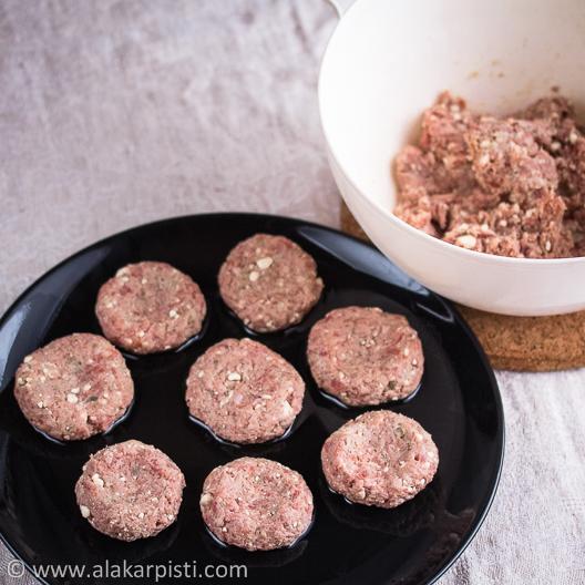 Feta-jauhelihapihvit; massasta muotoiltu pihvejä| Alakarpisti.com
