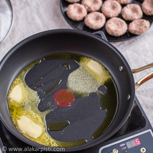 Feta-jauhelihapihvit; voi ja oliiviöljy kuumalla pannulla| Alakarpisti.com
