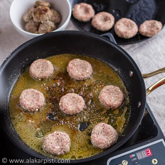 Feta-jauhelihapihvit; pihvien paistamista pannulla| Alakarpisti.com
